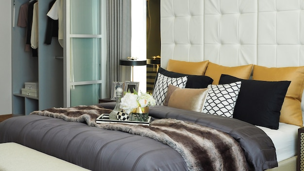 Chambre à coucher de luxe moderne à la maison
