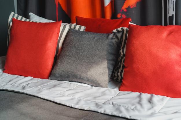 Chambre à coucher principale moderne noire et rouge avec lit double