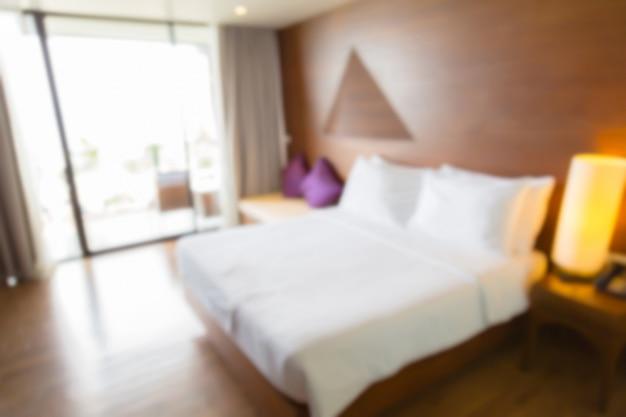 Chambre avec couette blanche flou