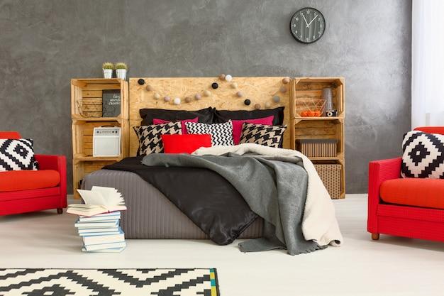 Chambre dans un style créatif avec des meubles de bricolage
