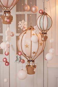 Chambre décorée de boules et miniature jouet
