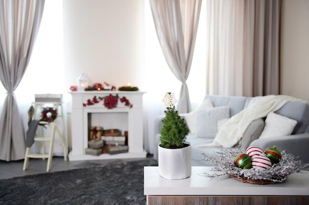 Chambre décorée de noël avec cheminée