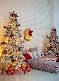 Chambre décorée pour les vacances de noël avec arbre de noël