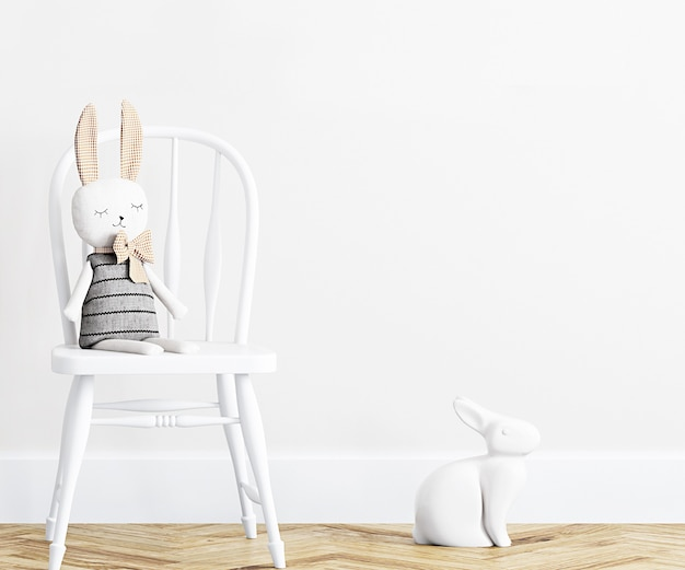 Chambre d'enfant au mur blanc avec peluche