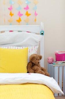 Chambre d'enfant avec un ours en peluche sur le lit