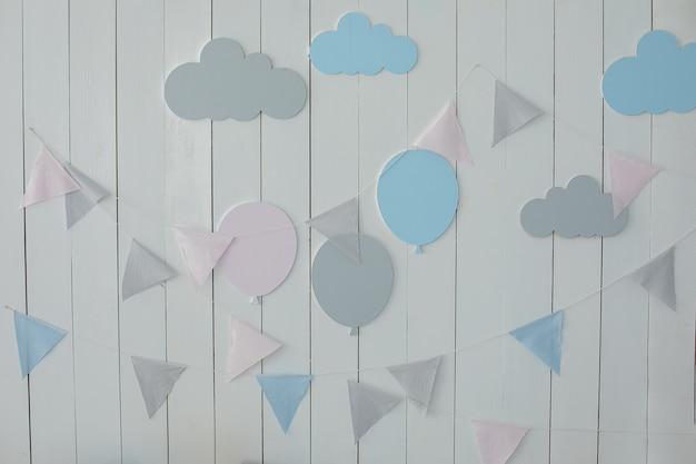 Chambre d'enfants avec drapeaux mur blanc est décorée de guirlandes de drapeaux et de montgolfières