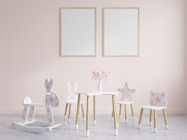 Chambre d'enfants meublée avec des cadres sur mur rose