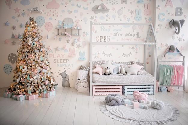Chambre d'enfants de noël décorée de façon festive
