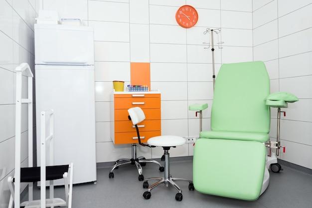 Chambre d'hôpital équipée moderne et confortable