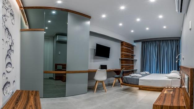 Chambre d'hôtel avec intérieur moderne