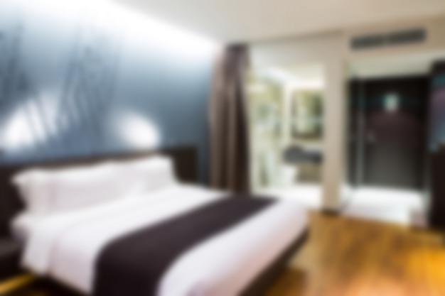 Chambre d'hôtel avec un lit double defocused