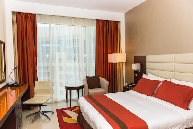 Chambre d'hôtel avec un lit frais préparé