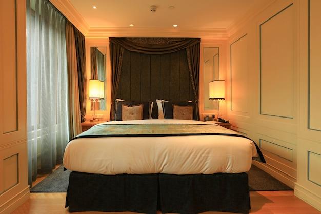 Chambre d'hôtel de luxe avec un intérieur moderne.