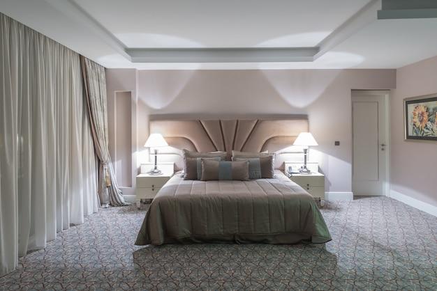 Chambre d'hôtel moderne avec grand lit