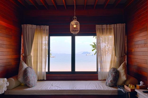 Chambre d'hôtel romance de vacances en bord de mer, vue sur la mer depuis la fenêtre