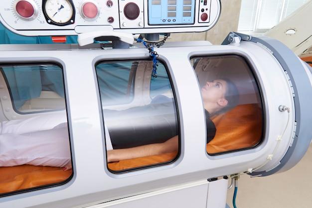 Une chambre hyperbare avec un patient.