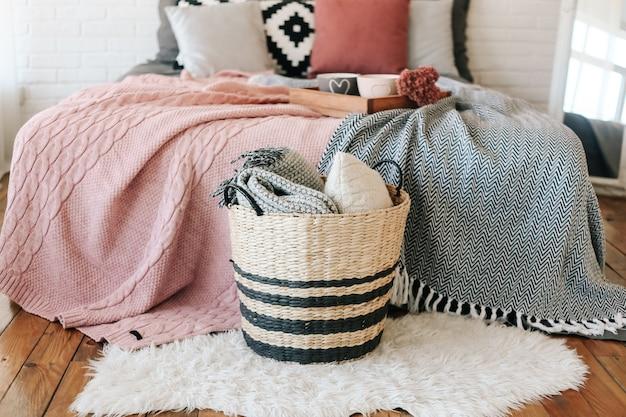 Chambre à l'intérieur, un panier avec des couvertures se trouve près de la