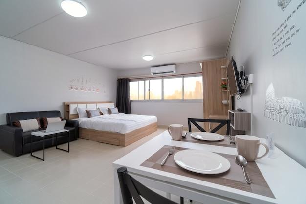 Chambre intérieure avec canapé en cuir du salon et table à manger