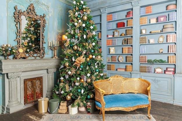 Chambre intérieure décorée de noël classique avec arbre du nouvel an