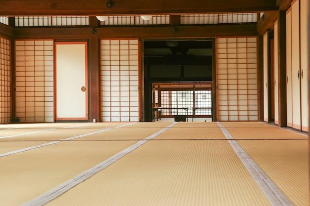 Chambre japonaise avec un sol en tatami