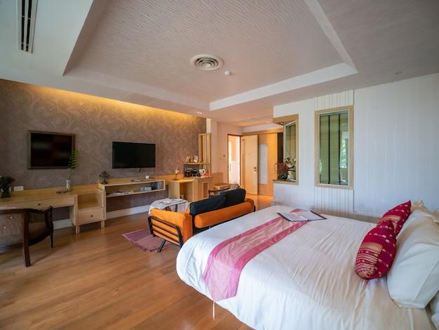 Chambre de luxe avec lit dans une lumière chaude