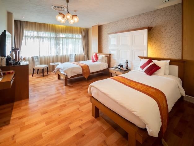 Chambre de luxe avec lit à la lumière chaude, style européen classique.
