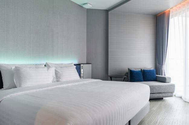 Une chambre de luxe de style moderne: intérieur de la chambre d'hôtel