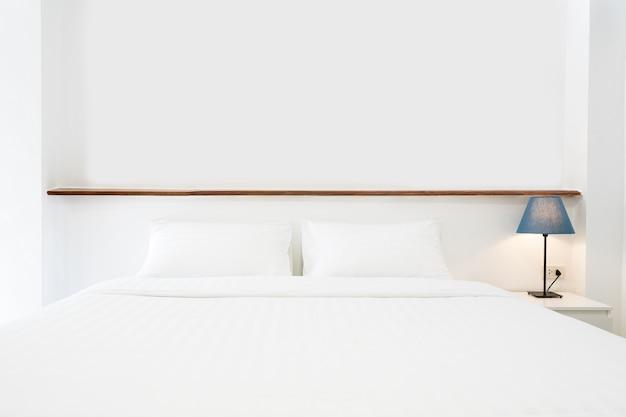 Chambre minimaliste lumineuse et confortable