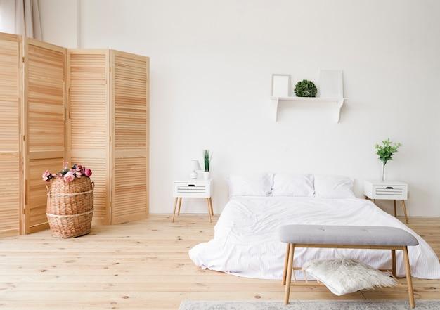 Chambre minimaliste moderne et lumineuse