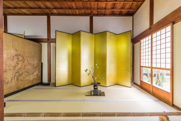 Chambre minimaliste de style traditionnel située dans le temple zen tenryu-ji à arashiyama, au japon.