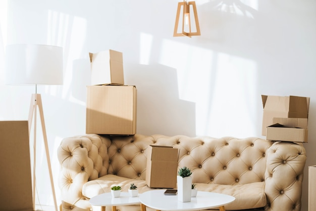 Chambre de la nouvelle maison remplie de boîtes