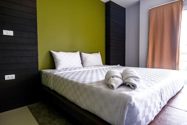Chambre, pas encombré et propre, léger pendant la journée.