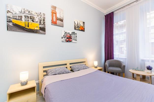 Chambre de photographie d'intérieur dans un style moderne avec un grand lit