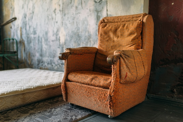 Chambre pour toxicomanes, fauteuil et matelas