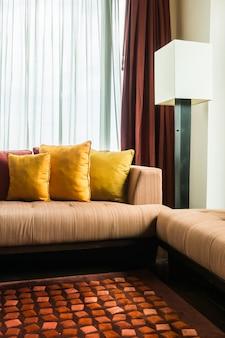 Chambre avec des rideaux blancs et bruns