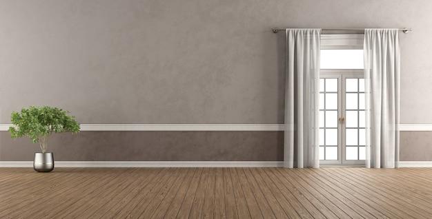 Chambre de style classique vide avec fenêtre et plante d'intérieur