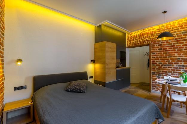 Chambre de style loft moderne avec grand lit