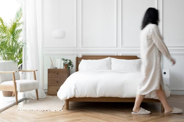 Chambre de style scandinave lumineuse et propre