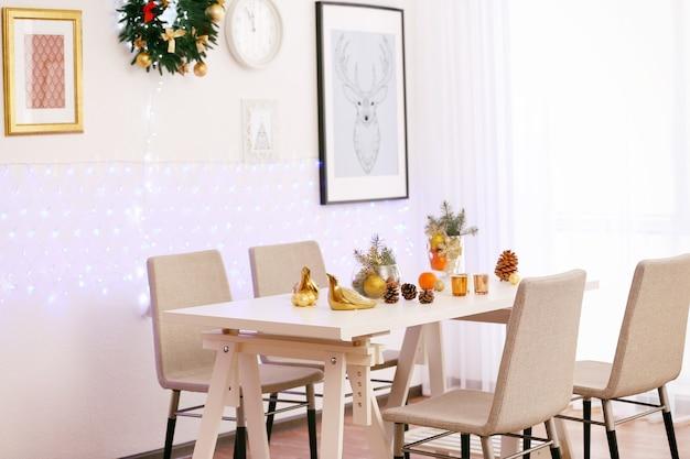 Chambre avec table et chaises décorées pour noël