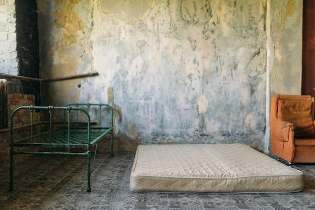 Chambre de toxicomane dans la maison abandonnée de grunge