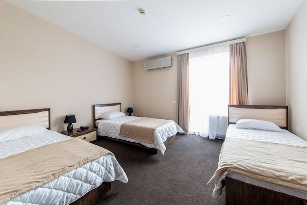 Chambre triple dans un hôtel moderne