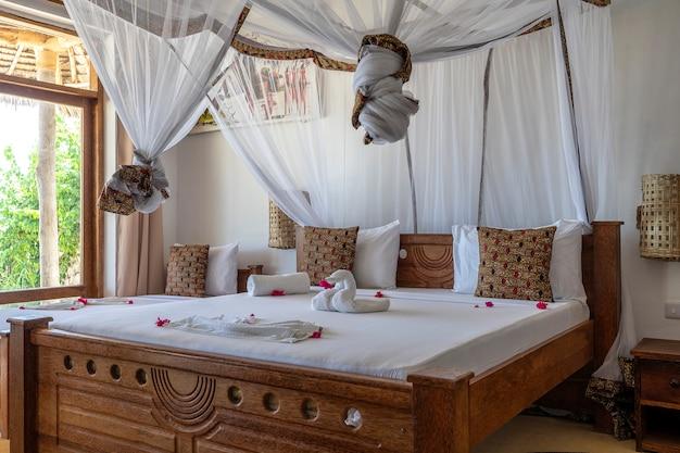 Chambre de villa de vacances avec lit à baldaquin