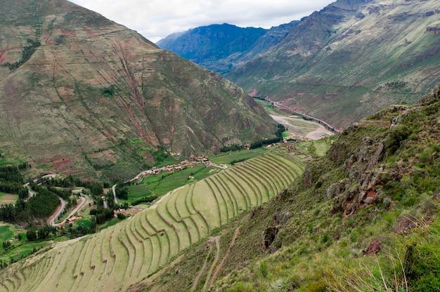 Champ agricole à pisaq inca ruins, vallée sacrée, région de cuzco, pérou