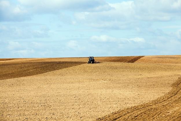 Champ agricole, qui laboure le tracteur.