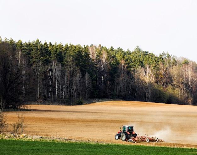 Champ agricole et tracteur