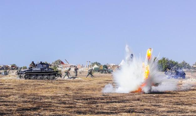 Champ de bataille. reconstruction de la bataille de la seconde guerre mondiale. reconstruction de la bataille avec des explosions. bataille pour sébastopol.
