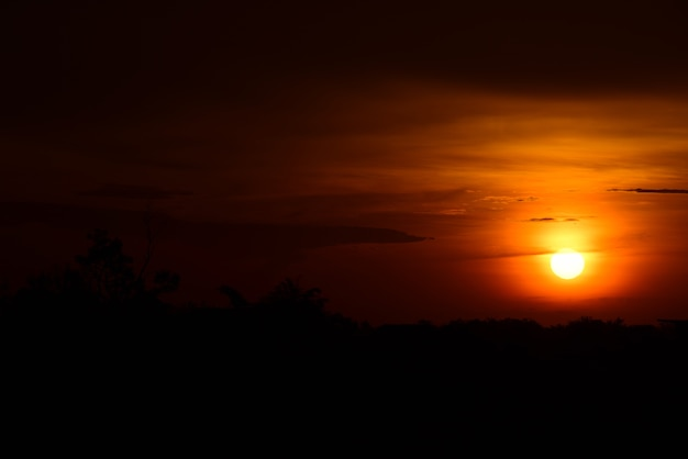 Champ, et, ciel, à, sombre, nuagess.sunset, dans, champ vert