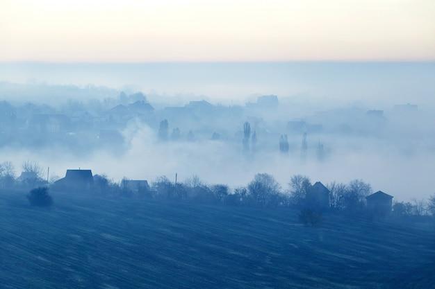 Champ couvert de brouillard