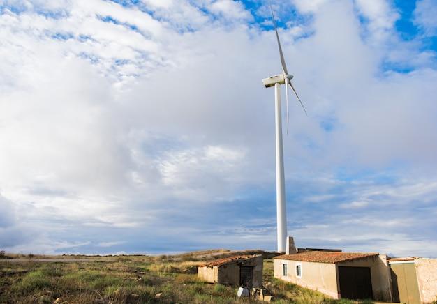 Champ d'éoliennes sur la colline pour source d'énergie renouvelable