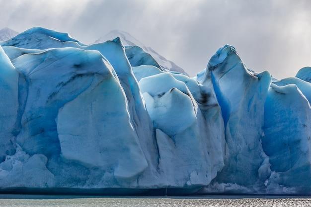 Champ de glace bleue du glacier en fusion